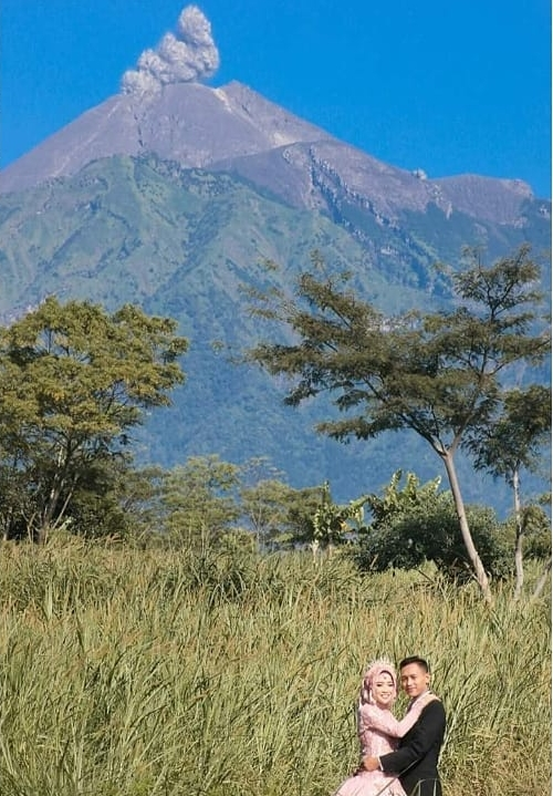 Pasangan foto dengan background erupsi merapi  © 2018 brilio.net