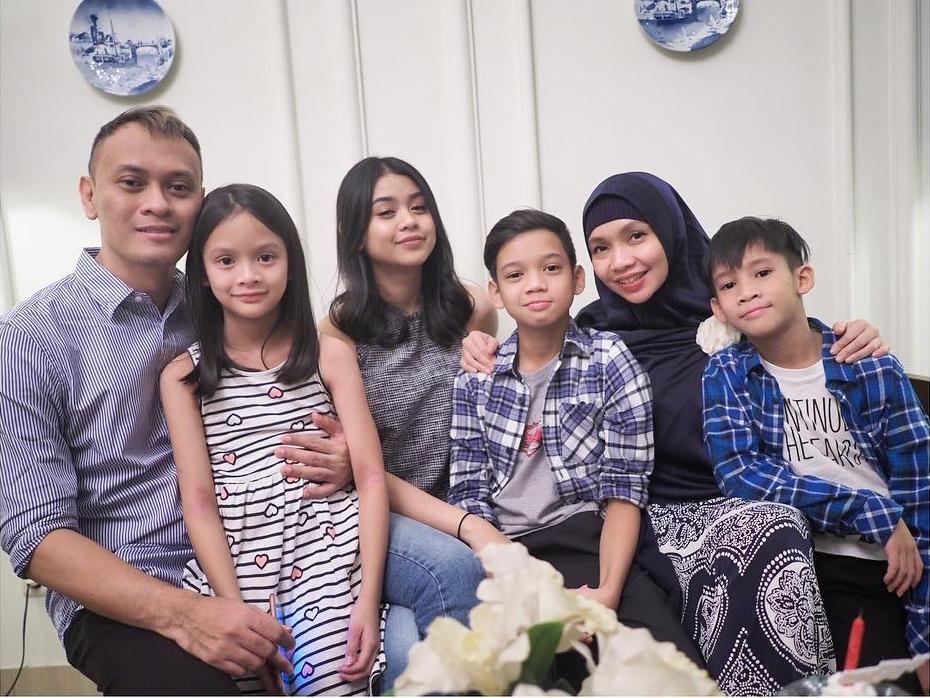 7 Potret harmonis keluarga Andra Ramadhan yang jarang ...