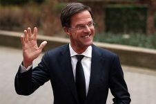 Tak sengaja tumpahkan kopi, aksi PM Belanda Mark Rutte ini bikin salut