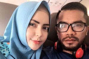 10 Potret kemesraan Zulham Zamrun dan istri, lengket bak masih pacaran