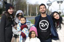 10 Potret kedekatan Raffi Ahmad dengan ibu & adik-adiknya