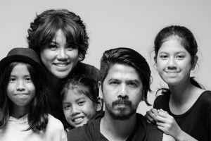 Jarang diterpa gosip, ini 10 potret keharmonisan keluarga Ariyo Wahab