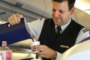 Rahasia naik pesawat ini tak banyak orang tahu, waspada dengan minuman