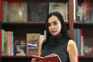 6 Pesona Aura Kasih saat membaca buku, smart is the new sexy