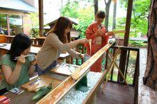 Uniknya tradisi makan di Jepang ini, mi meluncur di bilah bambu