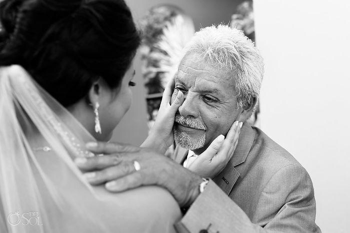 potret haru ayah pengantin lihat putrinya  © 2018 brilio.net