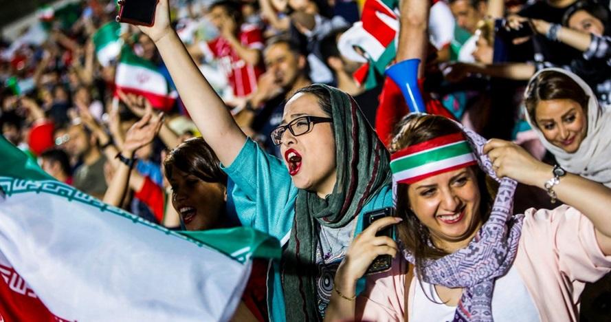 5 Potret bahagia fans wanita Iran, bisa nonton sepakbola usai 38 tahun