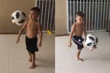 Aksi balita juggling bola ini keren abis, CR7 masa depan nih