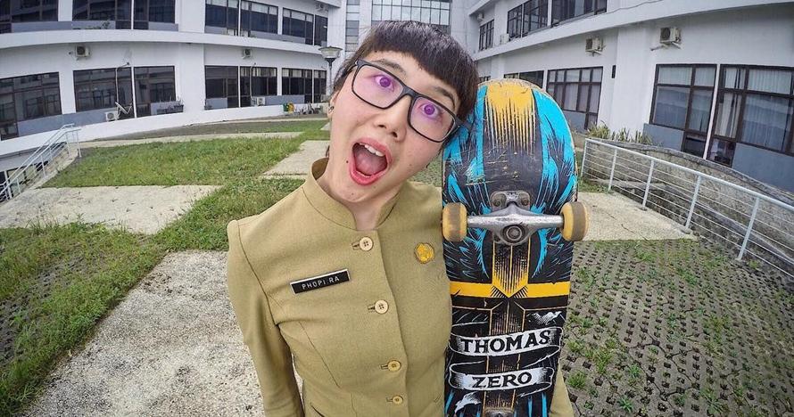 10 Pesona Phopira, PNS nyentrik yang hobi bermain skateboard