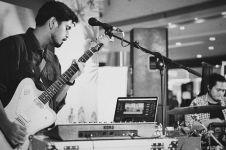 Andalkan gitar dan keyboard, begini 7 aksi panggung Petra Sihombing