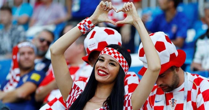 10 Gaya Ivana Knoll, pole dancer seksi suporter Kroasia
