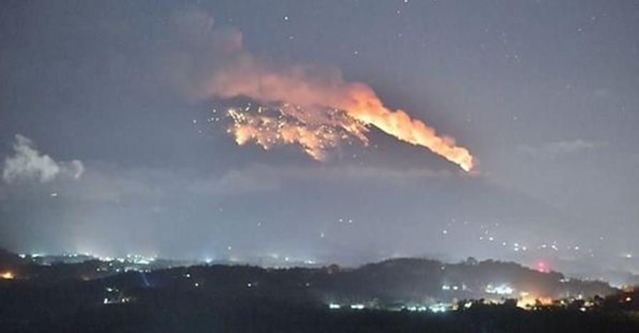 Erupsi Gunung Agung keluarkan suara dentuman & lontaran lava pijar