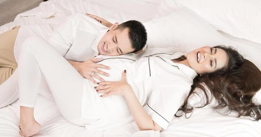 Gaya 5 seleb pemotretan maternity di atas ranjang, bisa jadi inspirasi
