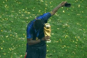Jogetan Pogba bawa trofi Piala Dunia sambil ejek Inggris, nampol abis