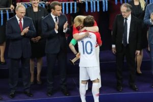Ekspresi Presiden Kroasia saat peluk Modric usai kalah ini mengharukan