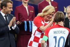 Ini momen manis Presiden Kolinda peluk pemain Kroasia di ruang ganti