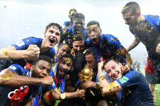 Jadi juara, bintang Prancis ini malu-malu pose sama trofi Piala Dunia
