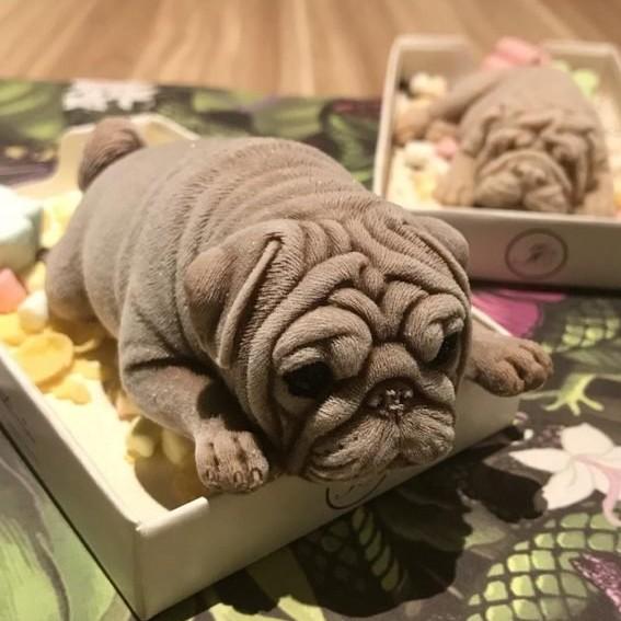 Es krim ini berbentuk anak anjing tertidur, detailnya terlihat nyata