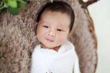 Super gemesin, begini 7 gaya anak Vicky Shu saat pemotretan new born
