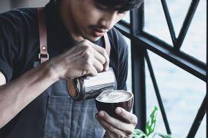 Barista ini bikin latte art langsung di mulut peminumnya, ini hasilnya