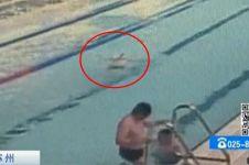 Terlihat santai berenang, kakek ini ternyata BAB di kolam renang