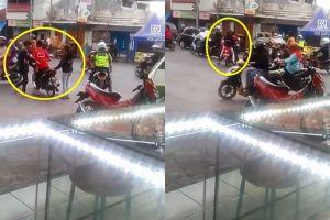 Aksi pemotor bonceng 3 loloskan diri dari tilang polisi ini nekat abis