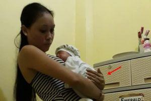 Terlihat biasa, ternyata ada penampakan di foto ibu gendong bayi ini