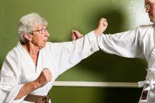 Sembuh dari kanker serviks, nenek 75 tahun ini raih juara karate