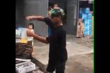 Antimainstream, pedagang es ini layani pembeli sambil atraksi bak DJ