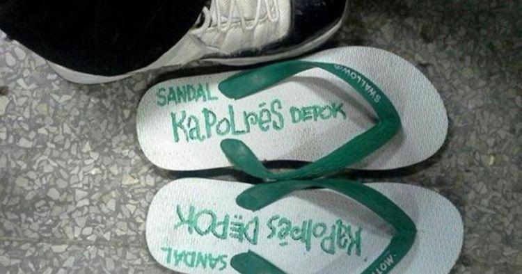 Tulisan nyeleneh di 10 sandal ini bikin takut mencuri, langsung tobat