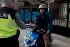 Diberhentikan polisi, reaksi pemotor di trotoar ini bikin ngelus dada