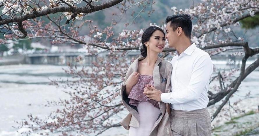 Gaya 5 seleb prewedding di Jepang, mesra berdua di bawah bunga Sakura
