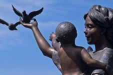 Bikin haru, 10 patung ini gambarkan kasih sayang seorang ibu ke anak