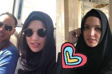 9 Potret Nia Ramadhani & suami ibadah haji, penampilannya tuai kritik