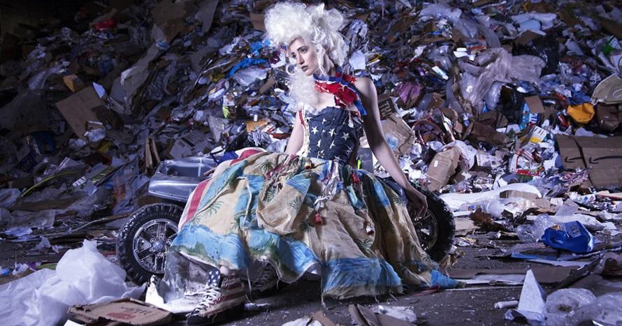 7 Gaun ini dibikin dari sampah di laut, hasilnya memukau