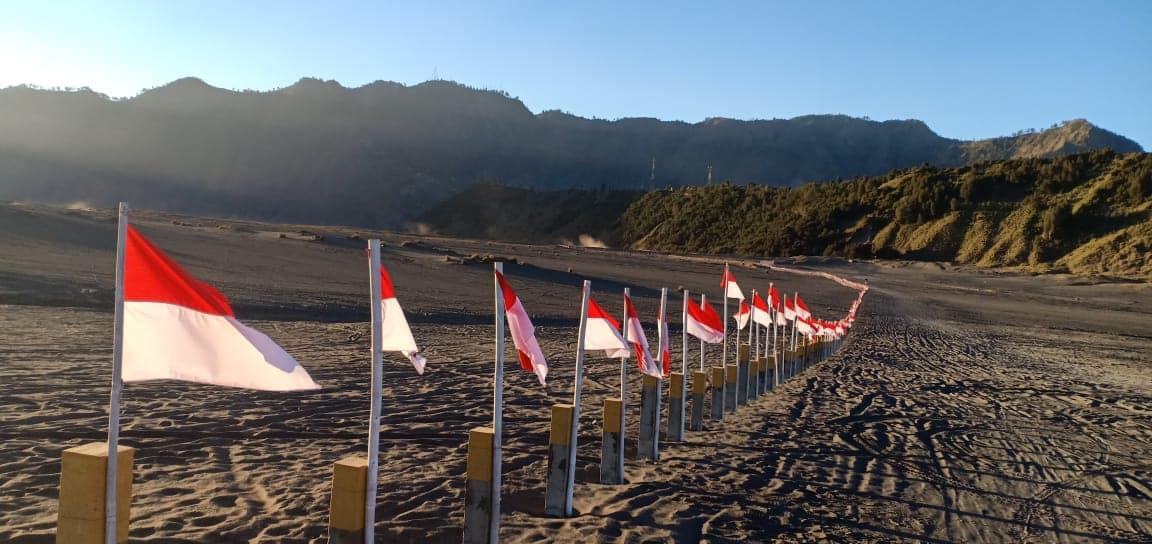 Baru sehari dipasang, ribuan bendera di Gunung Bromo mulai hilang