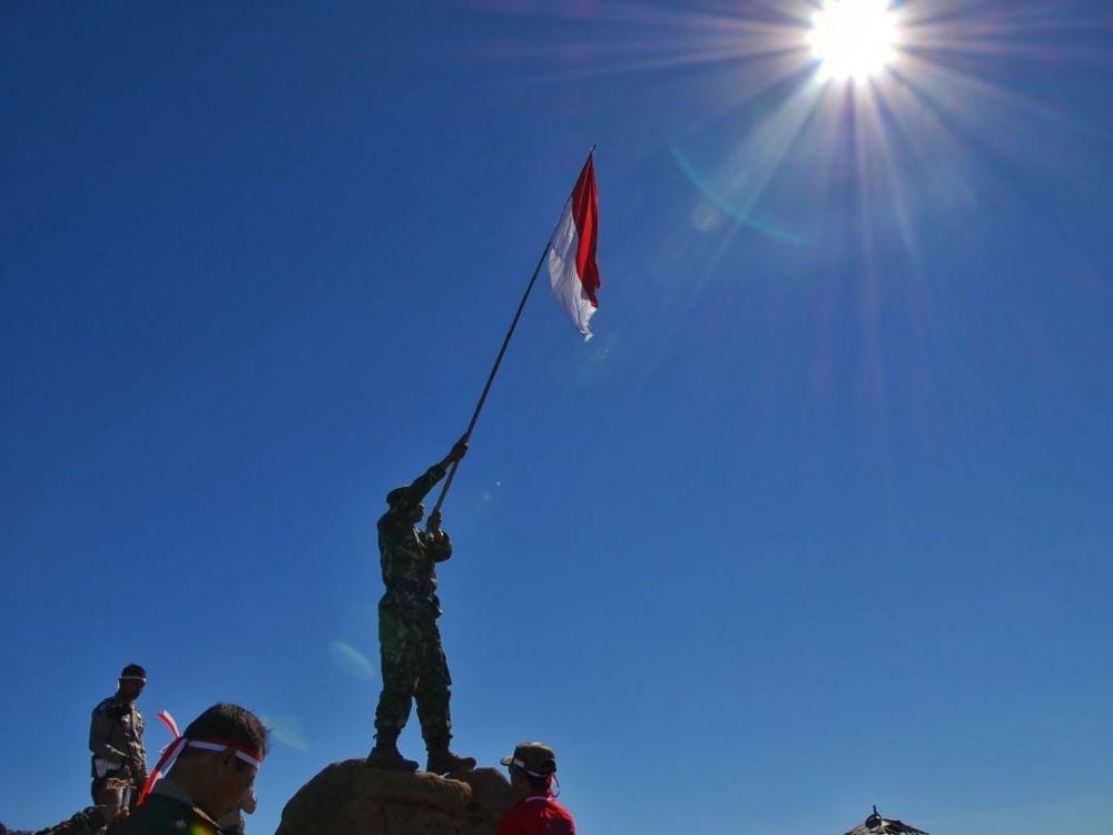 10 Potret Indahnya Merah Putih Berkibar Di Atas Gunung