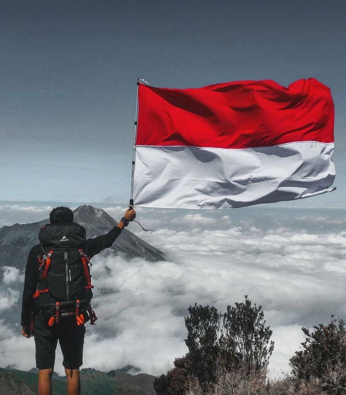 10 Potret Indahnya Merah Putih Berkibar Di Atas Gunung Bikin Ban