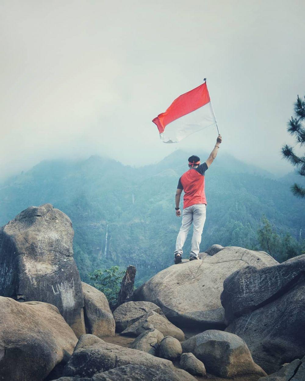 merah putih berkibar di gunung © Instagram