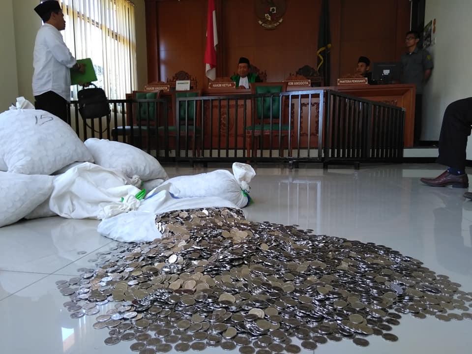 bayar uang cerai pakai koin © Facebook