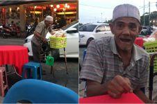 Kisah haru seorang kakek yang dipaksa jualan kerupuk oleh anaknya