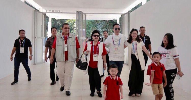8 Potret seru keluarga SBY nonton Asian Games, kompak baju merah putih