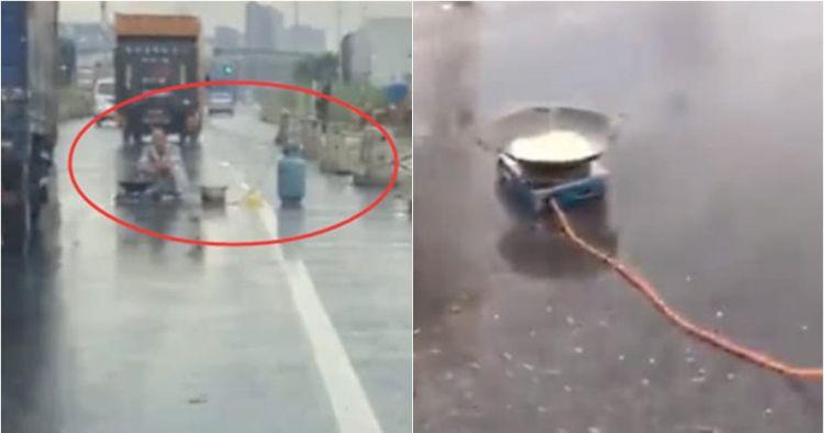 Pria ini masak mi rebus di tengah jalan, bikin macet