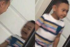 Berpose di depan cermin, yang dialami bocah ini bikin merinding