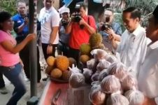 Tinjau korban gempa Lombok, Jokowi borong durian satu bakul