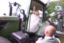 Alasan pria paksa kekasihnya naik traktor lalu diturunin ini so sweet