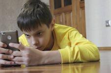 Terlalu lama main gadget bisa bikin mata berdarah? Ini fakta ilmiahnya