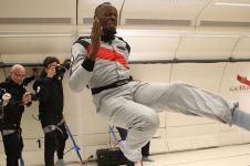 5 Gaya kocak Usain Bolt coba gravitasi nol, ada pamer kecepatan lari
