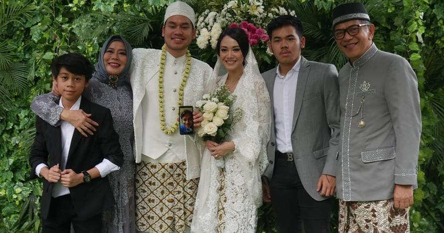 Sah! Begini 8 momen pernikahan putra kedua Dewi Yull dan Ray Sahetapy