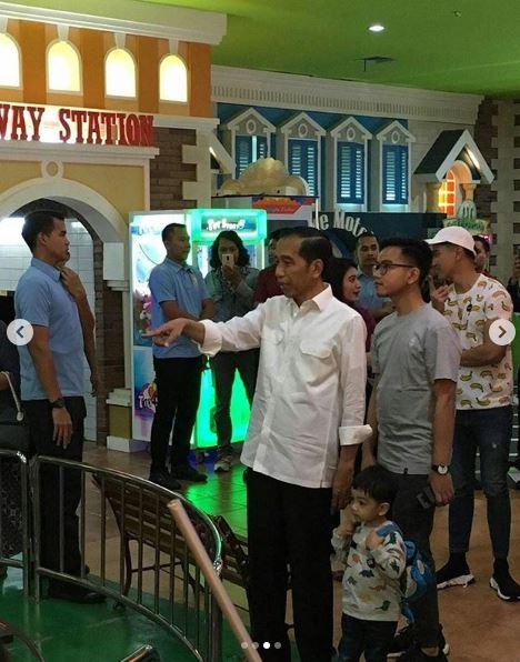 7 Momen menggemaskan Jan Ethes saat berakhir pekan bersama Jokowi © 2018 brilio.net